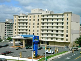 The Eight Story 111 Unit Holiday Inn Express Waterbury Is Located In Downtown Visible And Easily Accessible From Interstate 84 Hotel