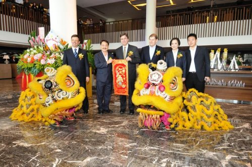 Don Cleary Centre Marriott S Coo In Asia At The Opening Of Renaissance Johor Bahru With Hotels Owners Mr And Mrs Lee